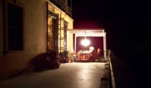Terassenansicht bei Nacht